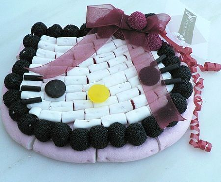 tarta hello kitty chucherias lazo  - Tartas de chucherías de Hello Kitty