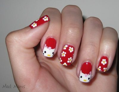 Uñas de Hello Kitty decoradas con flores y la cara de Kitty