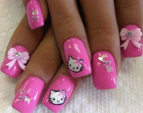 Uñas decoradas de Hello Kitty rosas con lazos 3D y la carita de Kitty