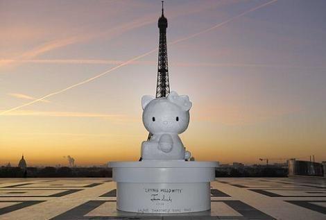 Estatua Kitty en París  - Hello Kitty en Paris