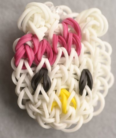 hacer muñecos con gomas de colores de Hello Kitty